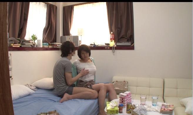 口内 32歳 自宅内子供の前でフェラ 【個人撮影】人妻 はづき